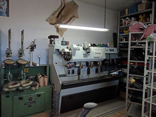 Schusterwerkstatt mit Schleifmaschine